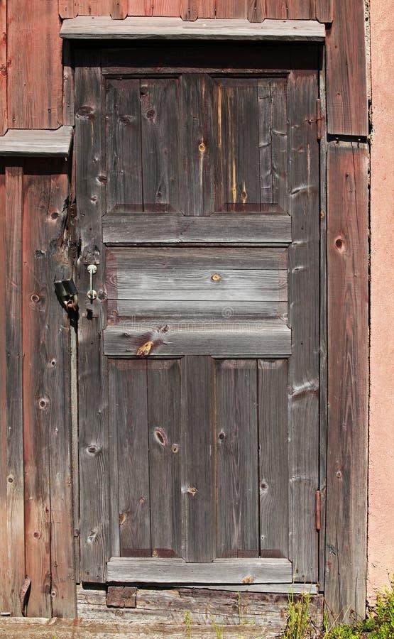 Porta de madeira fechado marrom velha fotografia de stock