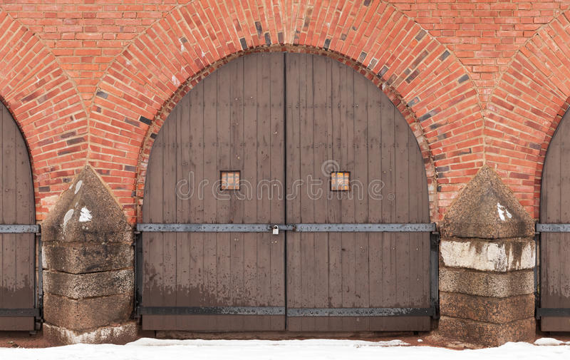 Porta de madeira fechado velha na fortaleza do tijolo vermelho wal foto de stock