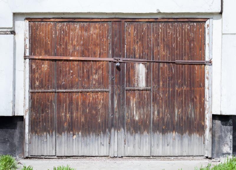Porta de madeira fechado velha no muro de cimento branco imagem de stock royalty free