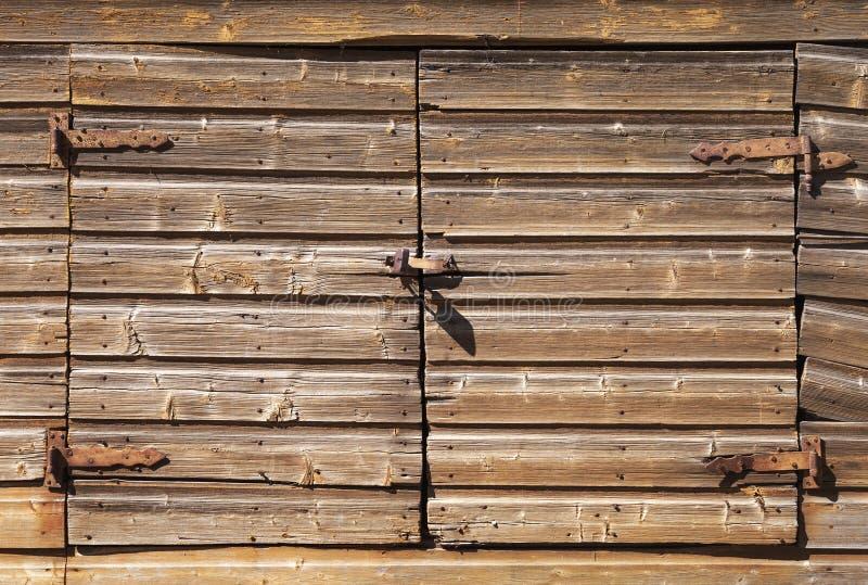 Porta de madeira marrom rural velha com cadeado fotos de stock royalty free