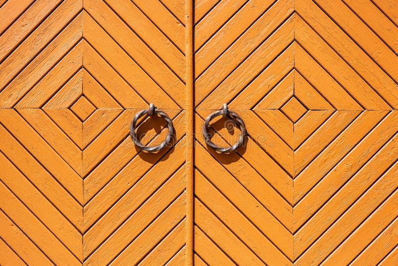 Porta de madeira medieval antiga com anéis do metal imagens de stock royalty free