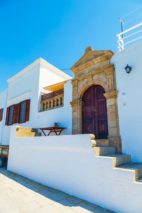 Porta de madeira na casa grega tradicional na vila histórica de Lindos na ilha do Rodes Greece europa imagens de stock