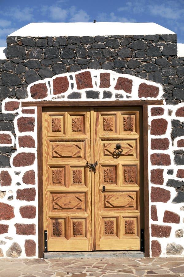 Porta de madeira na parede de pedra colorida, ilhas amarelas imagem de stock royalty free