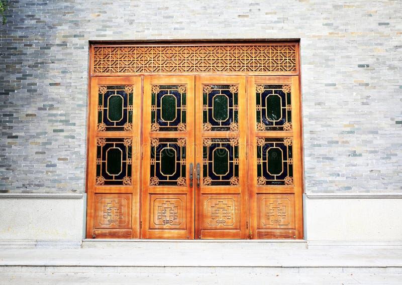 Porta de madeira na parede de tijolo, porta de madeira clássica asiática do chinês tradicional fotos de stock