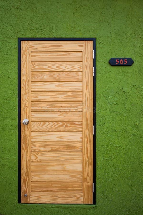 Porta de madeira no verde imagem de stock