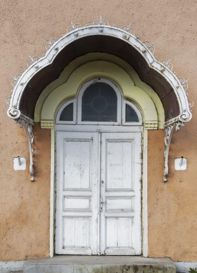 Porta de madeira pintada antiga com ornamento fotos de stock royalty free