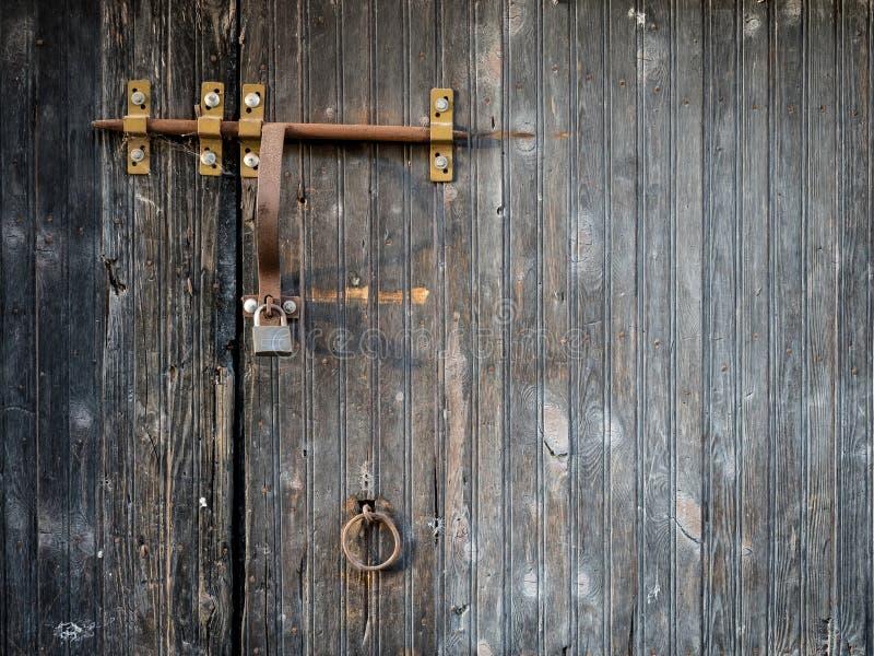 Porta de madeira rústica com cadeado e lacth oxidados imagens de stock royalty free