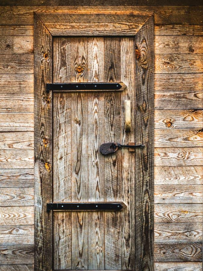 Porta de madeira r stica com dobradi as do metal foto de - Como hacer una puerta rustica ...