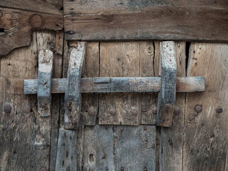 Porta de madeira rústica e velha fotografia de stock royalty free
