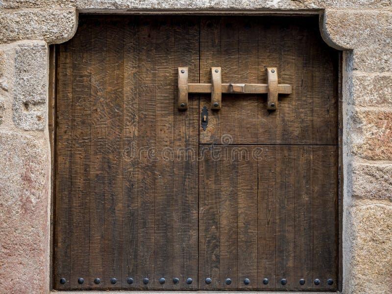 Porta de madeira rústica e velha fotos de stock