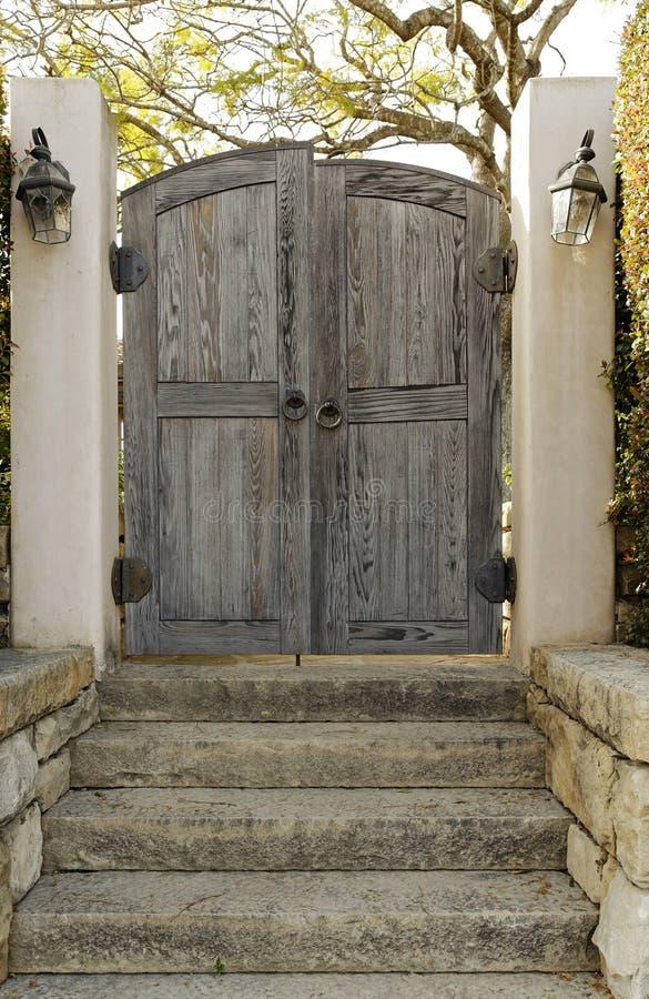 Porta de madeira resistida fotografia de stock royalty free