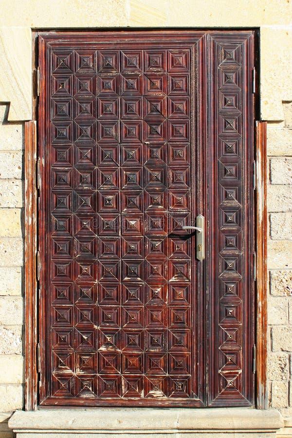 Porta de madeira resistida velha fotografia de stock royalty free