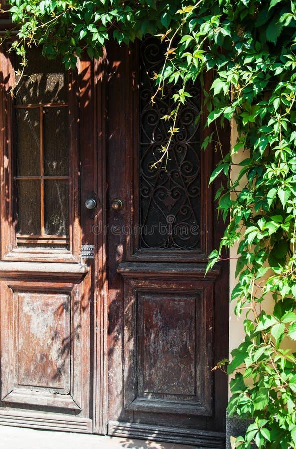 Porta de madeira retro foto de stock