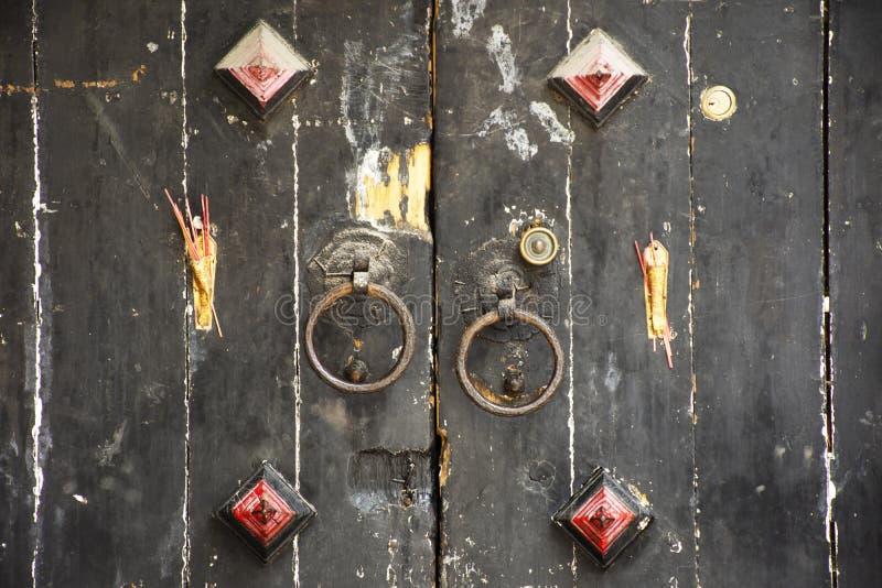 Porta de madeira retro e estilo antigo chin?s antigo da porta de fechamento com a vara de Joss na casa em Chaozhou em Teochew em  imagens de stock