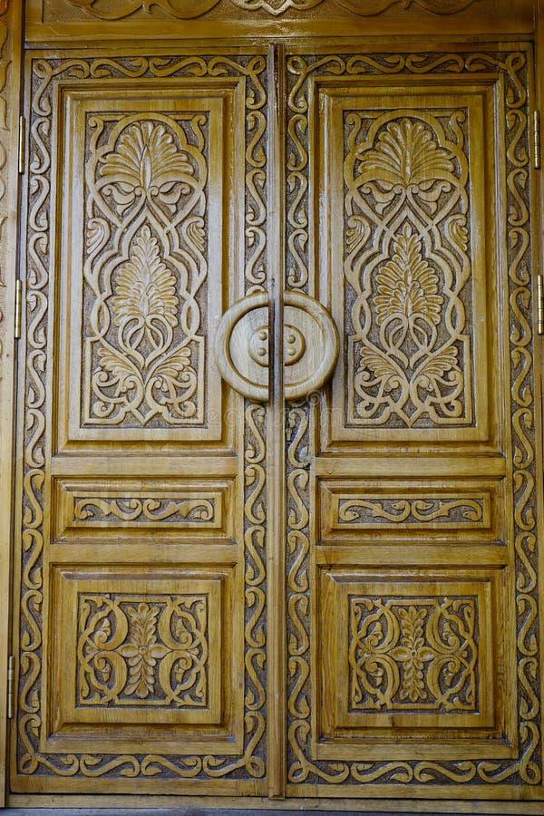 Porta de madeira de uma construção velha em Moscou, Rússia fotos de stock