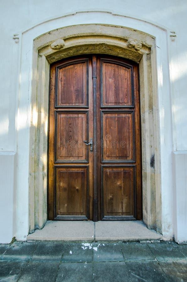 Porta de madeira velha à igreja fotos de stock royalty free