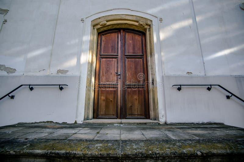 Porta de madeira velha à igreja foto de stock royalty free