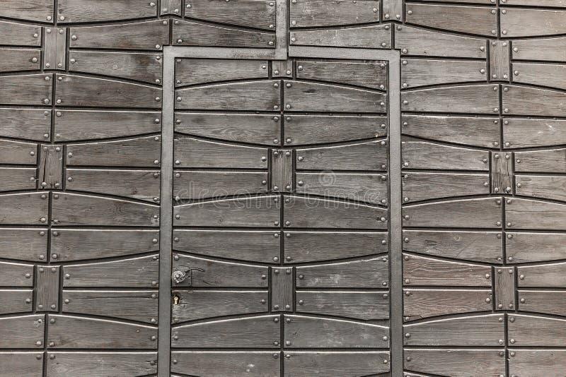 Porta de madeira velha com elementos forjados foto de stock