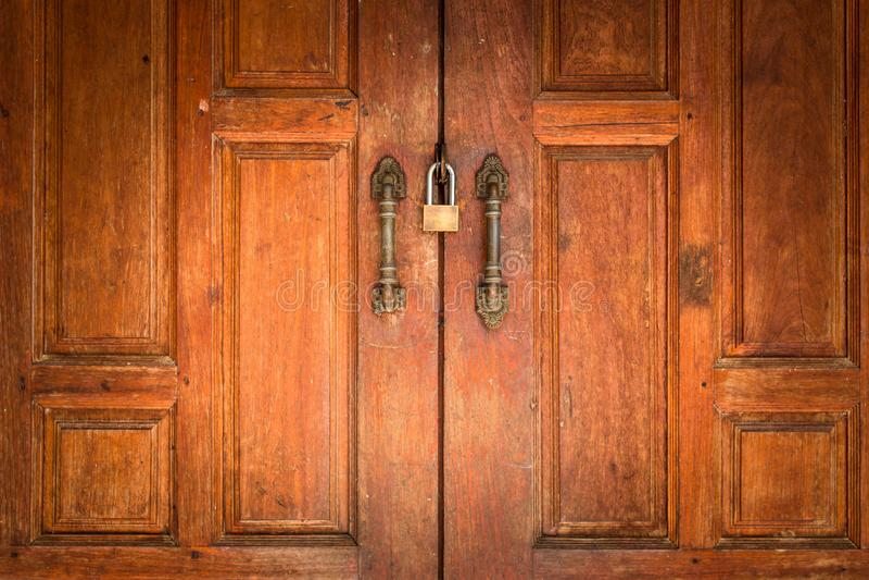Porta de madeira velha com fechamento Conceito de pensamento positivo Segurança e foto de stock royalty free