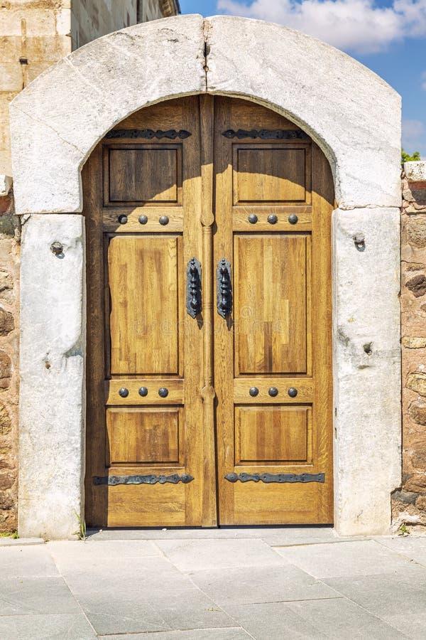 Porta de madeira velha com fechamentos velhos foto de stock royalty free