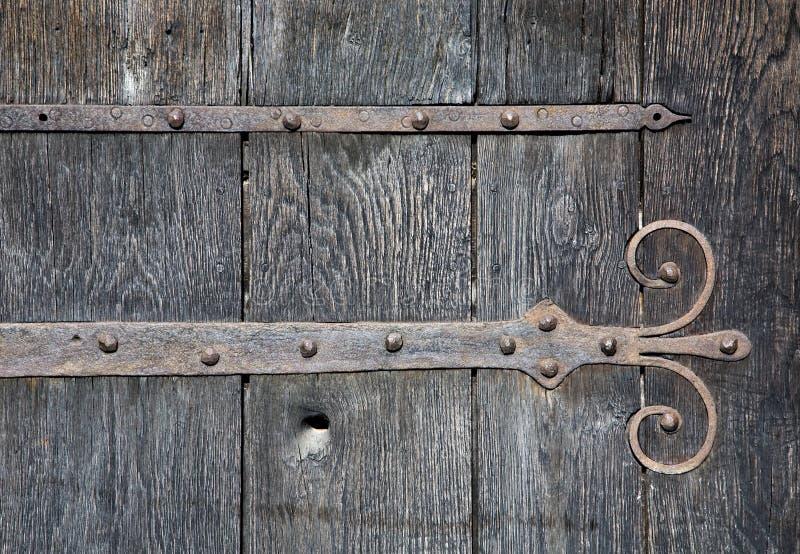 Porta de madeira velha com indústria siderúrgica foto de stock