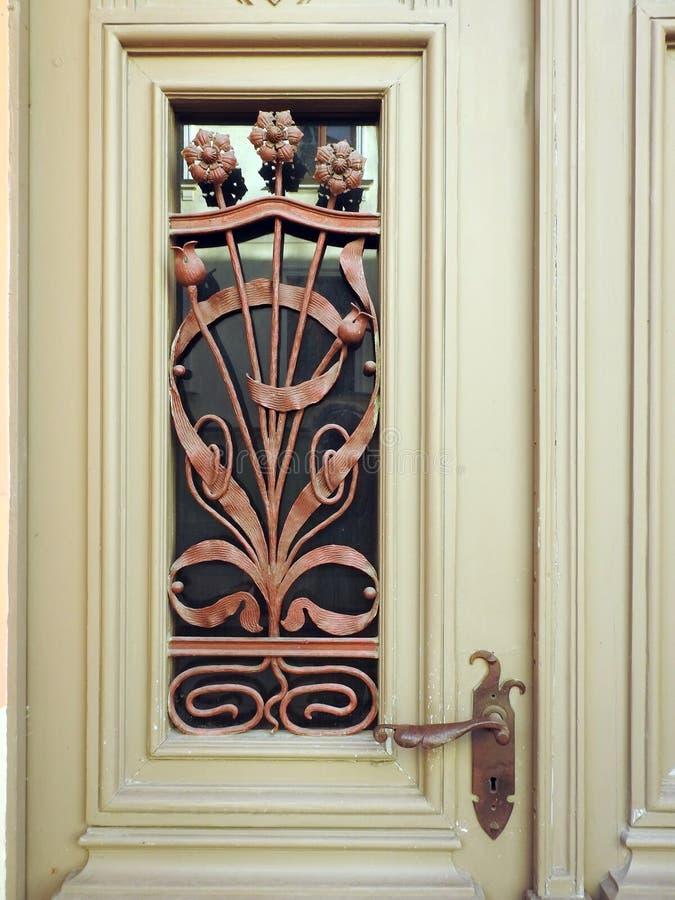Porta de madeira velha com ornamento e punho, Letónia fotografia de stock