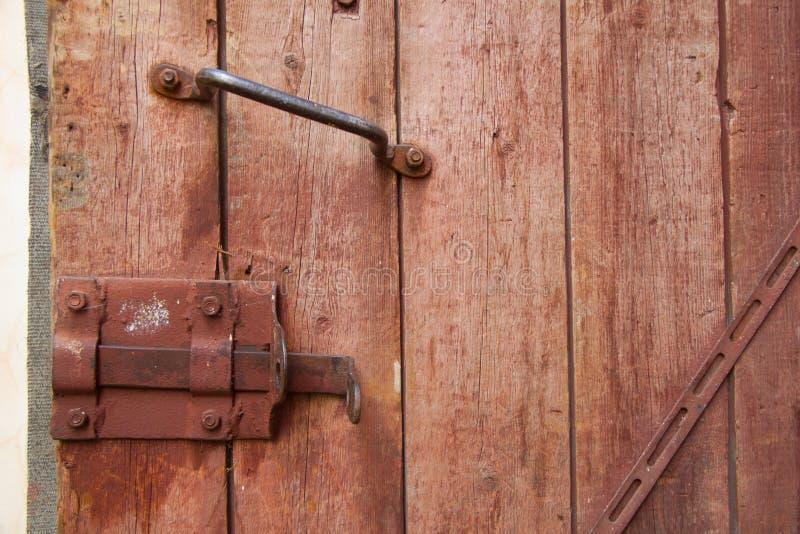 Porta de madeira velha com punho e fechamento fotos de stock royalty free