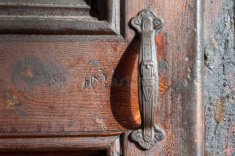 Porta de madeira velha com um botão de porta velho para a cópia fotografia de stock royalty free