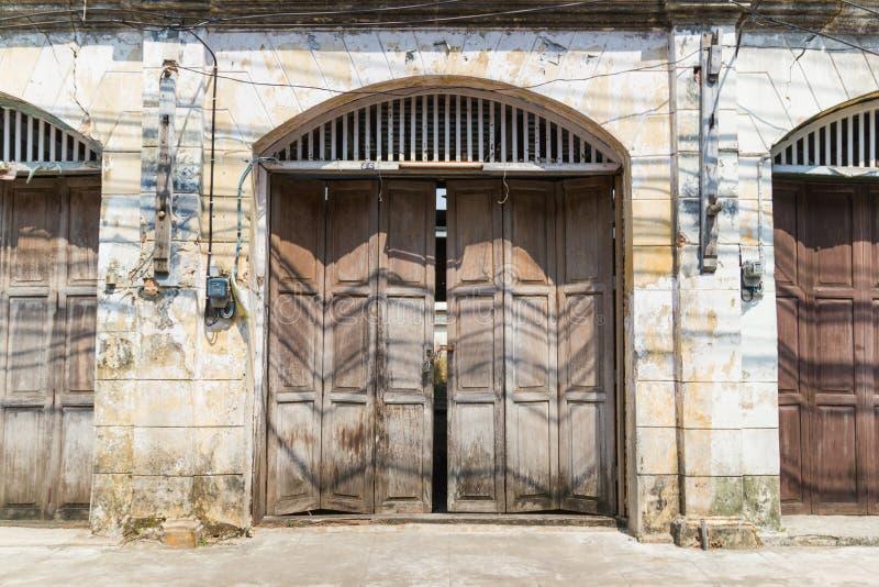 Porta de madeira velha da construção velha e do vintage fechado foto de stock