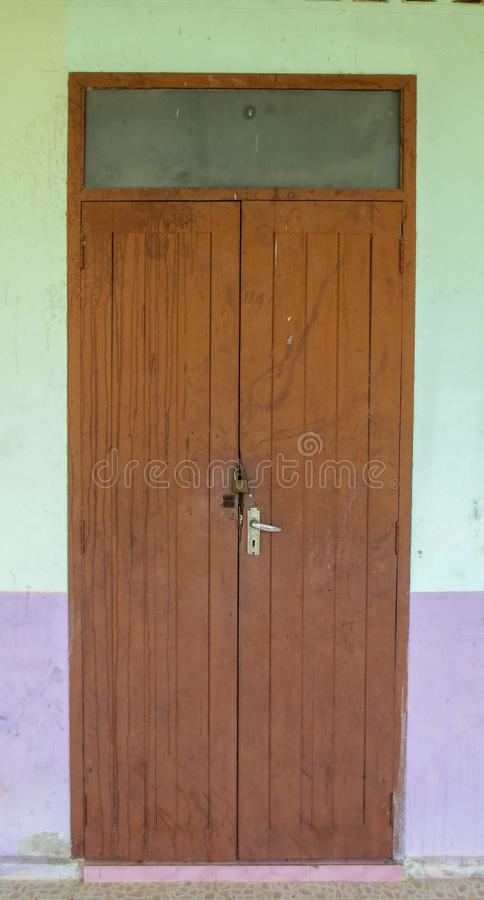 Porta de madeira velha da escola tailandesa em Phatthalung fotos de stock royalty free