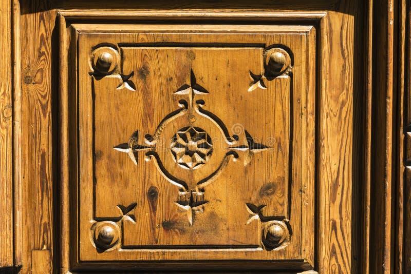 Porta de madeira velha decorada imagens de stock