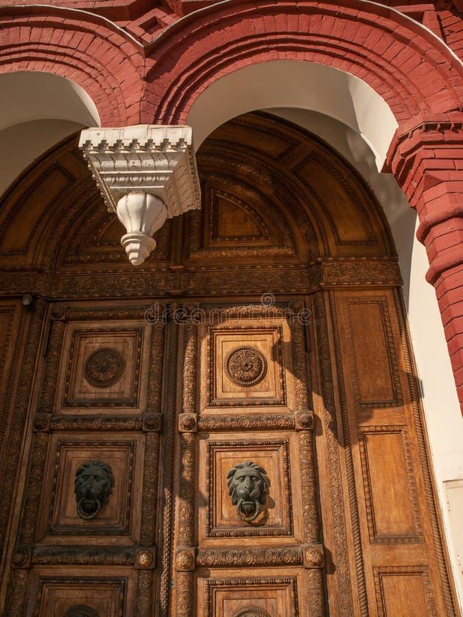 Porta de madeira velha do museu histórico, quadrado vermelho, Moscou fotografia de stock