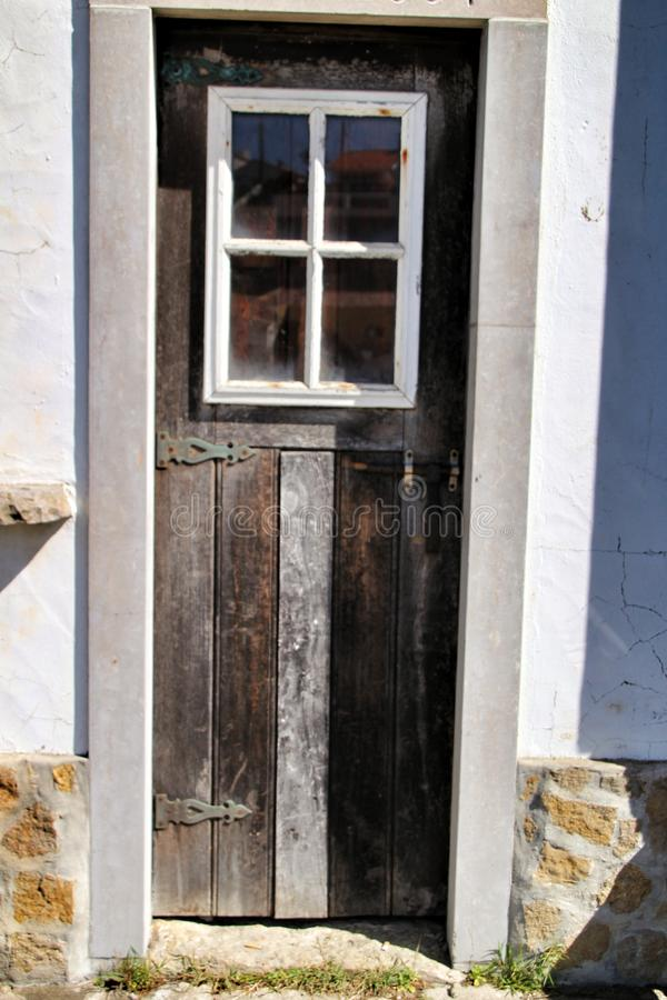 Porta de madeira velha e colorida com detalhes do ferro fotos de stock