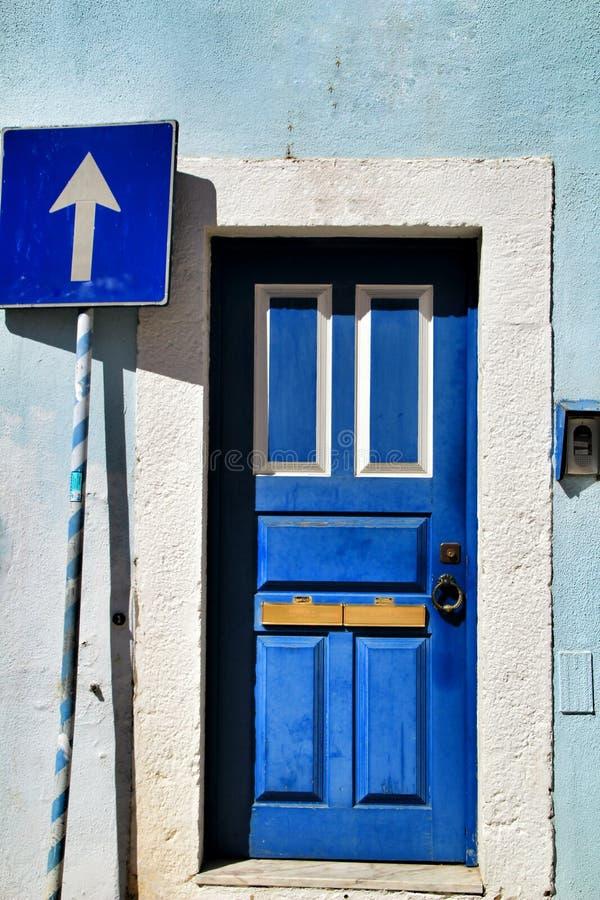 Porta de madeira velha e colorida com detalhes do ferro fotos de stock royalty free