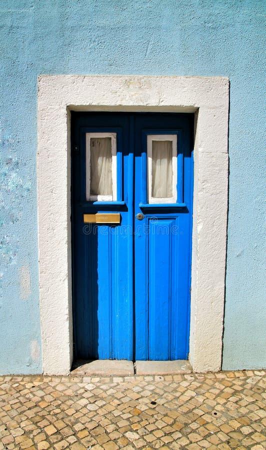 Porta de madeira velha e colorida com detalhes do ferro fotografia de stock royalty free