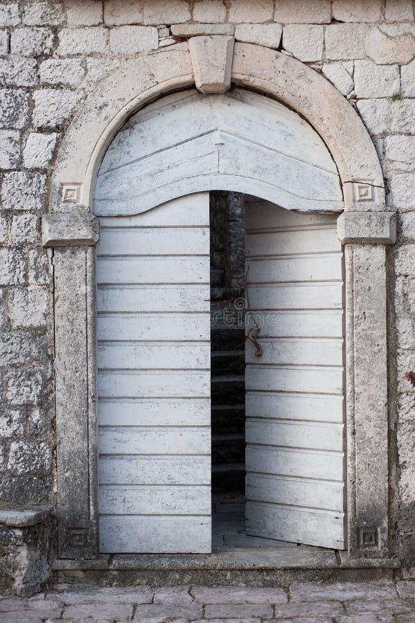 Porta de madeira velha em Montenegro imagem de stock