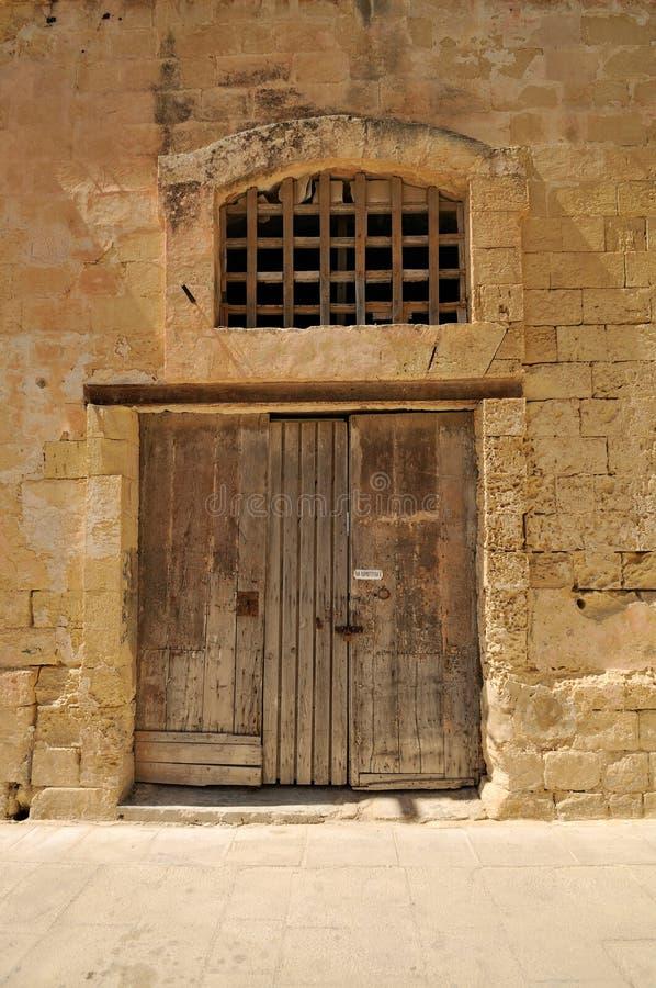 Porta de madeira velha em uma parede de pedra foto de stock
