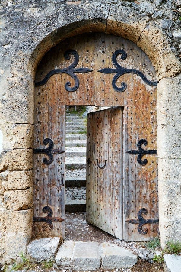 Porta de madeira velha entreaberta imagem de stock