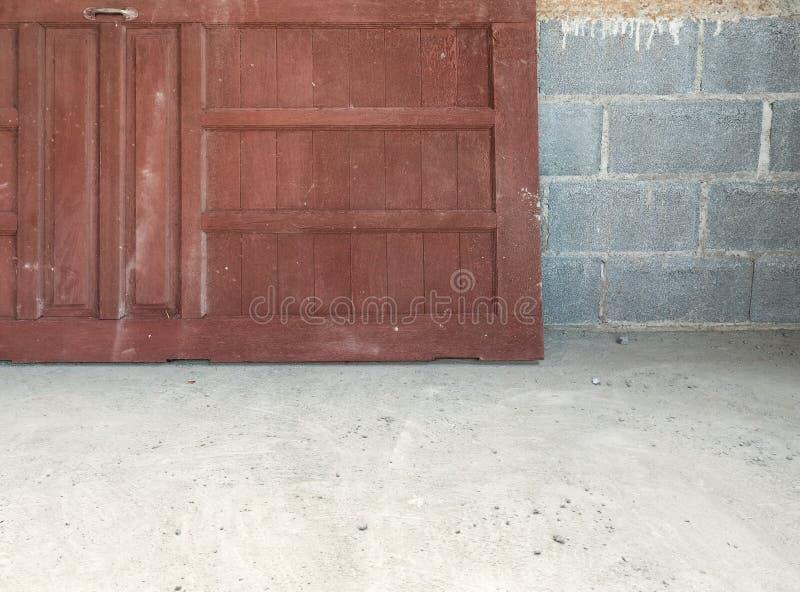 A porta de madeira velha está colocando perto da parede de tijolo fotos de stock royalty free