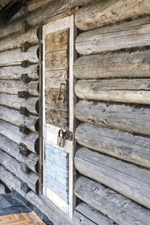Porta de madeira velha fechado com cadeado imagem de stock