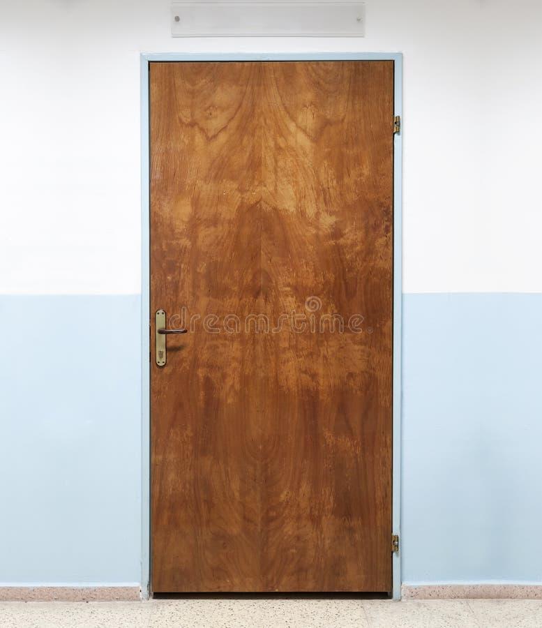 Porta de madeira velha fechado do escritório, textura do fundo imagens de stock