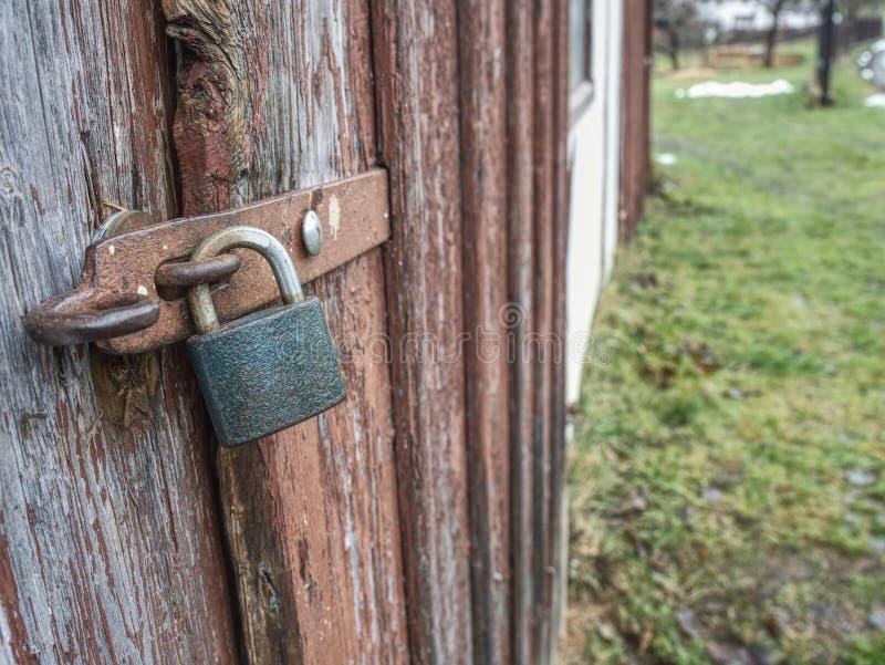 Porta de madeira velha na parede de pedra imagens de stock royalty free