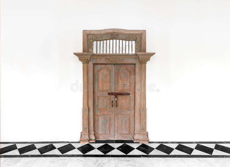 Porta de madeira velha no fundo concreto branco da parede do cimento imagem de stock