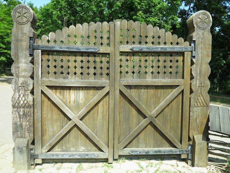 Porta de madeira velha rústica com projeto retro das decorações imagens de stock