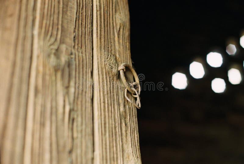 Porta de madeira velha de uma cozinha em uma vila pequena de China fotografia de stock royalty free