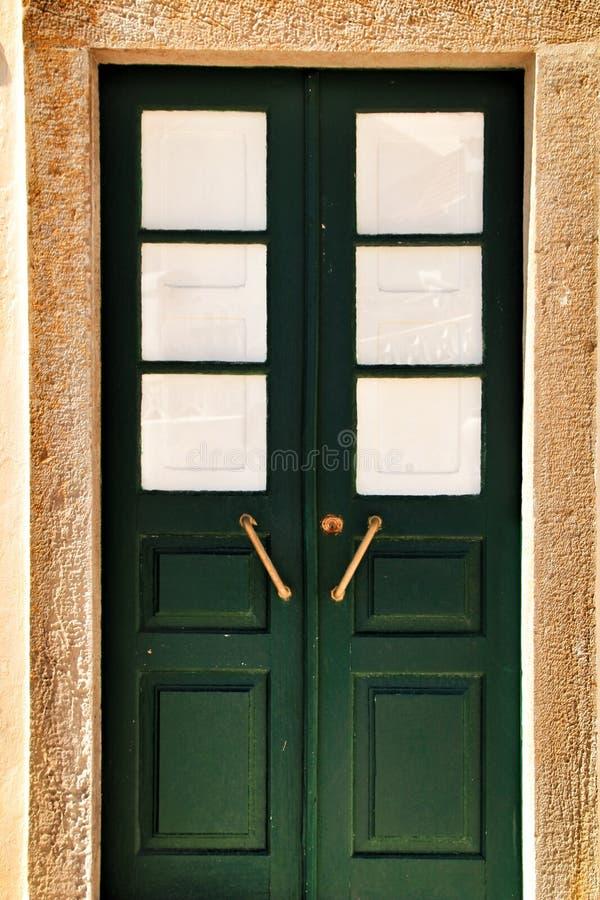Porta de madeira verde colorida com detalhes do ferro fotos de stock
