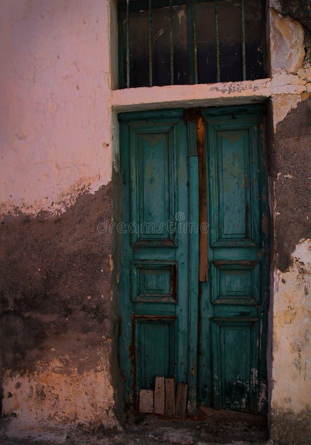 Porta de madeira verde na parede cor-de-rosa foto de stock royalty free
