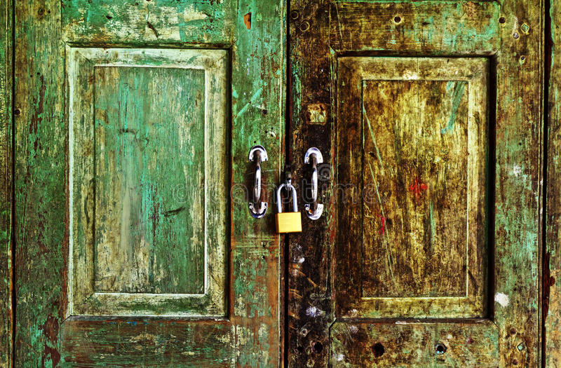 Porta de madeira verde velha oxidada imagens de stock