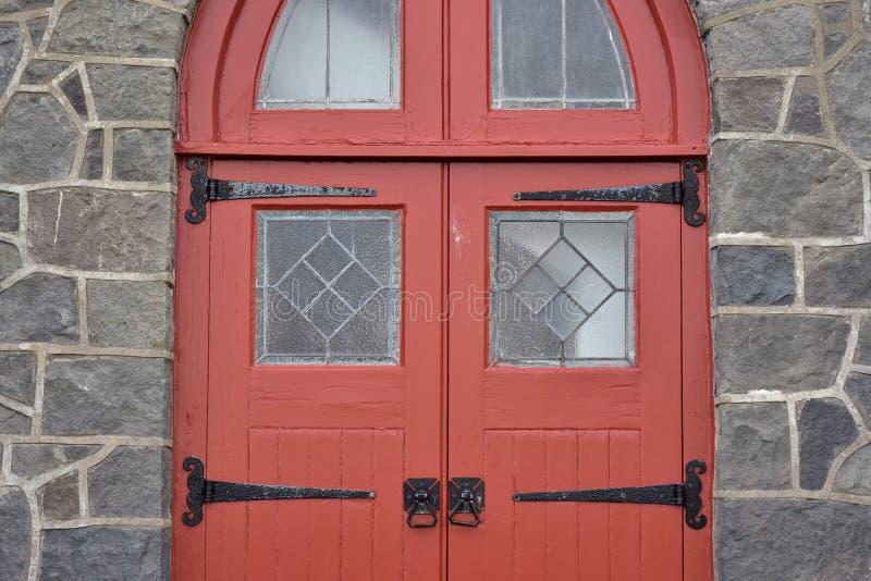 Porta de madeira vermelha da igreja fotografia de stock