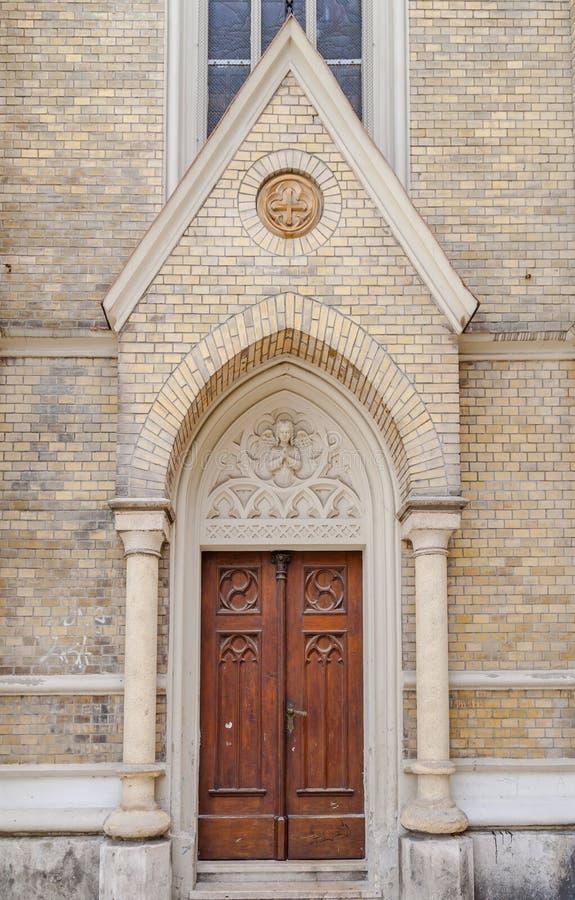 Porta de madeira vermelha da igreja catolic imagem de stock royalty free